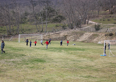 Los niños corren y juegan fuera. CERO videojuegos y móviles.