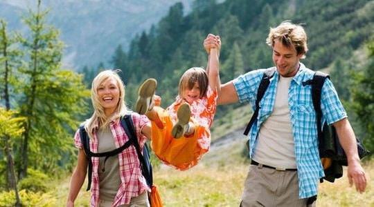 Senderismo u otras actividades al aire libre en campamento inglés para familias